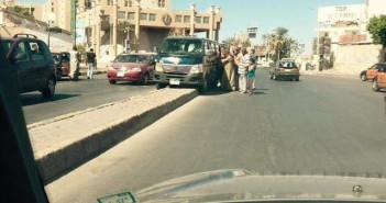 ميكروباص شرطة يسير على رصيف شارع في الغردقة (صورة)