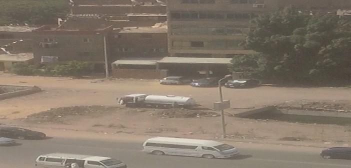 صور منسوبة لسيارة حكومية تفرغ حمولتها بترعة المنصورية قرب الأهرام