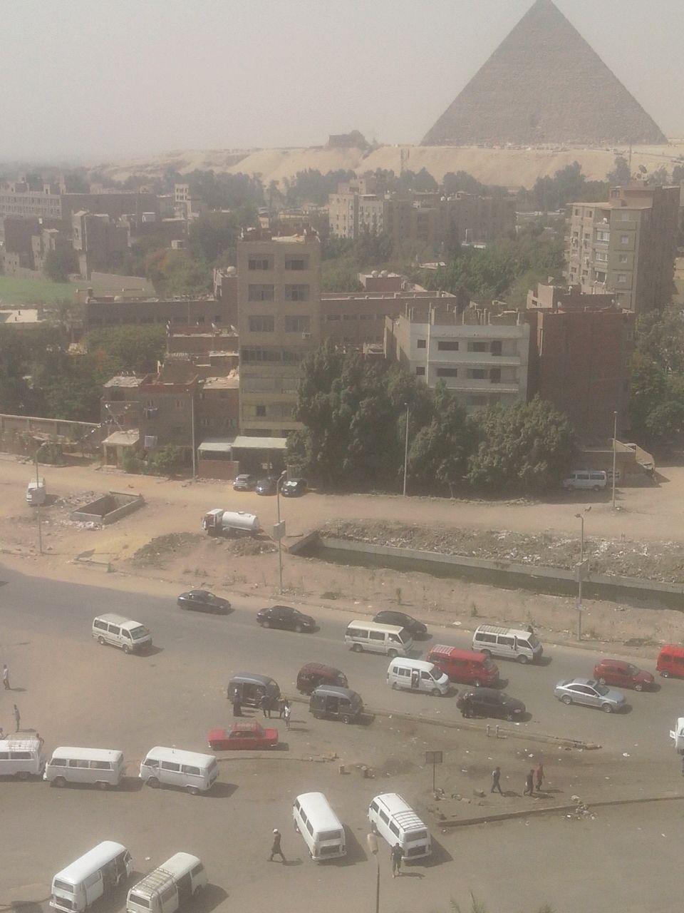 بالصور.. سيارة حكومية تفرغ حمولتها في ترعة المنصورية قرب الأهرامات