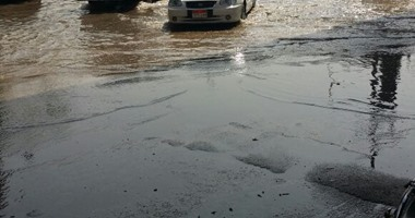 مواطن: انفجار ماسورة مياه بشارع بالجيزة.. والمسؤولون يتجاهلون إصلاحها (فيديو)