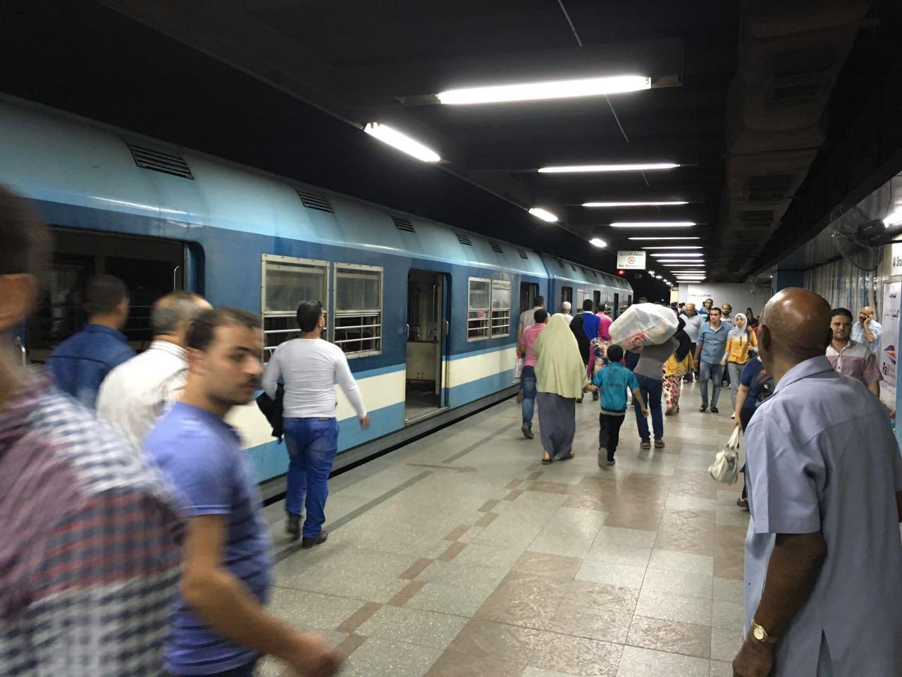 بالصور.. لحظة تعطل مترو المرج في محطة الشهداء