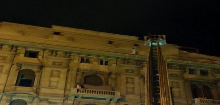 بالصور والفيديو.. من أجل 500 جنيه.. رجل يهدد بالانتحار من أعلى عمارة بالإسكندرية