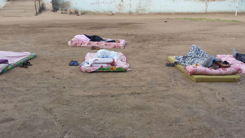 ليسوا لاجئون لكنهم مراقبو امتحانات الثانوية.. معلمون ينامون في العراء (صور)