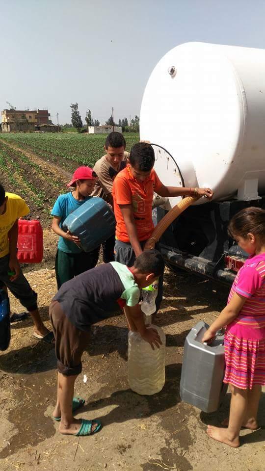 بالجراكن.. رحلة أهالي 13 قرية بالبحيرة للبحث عن قطرة مياه منذ عام (صور)