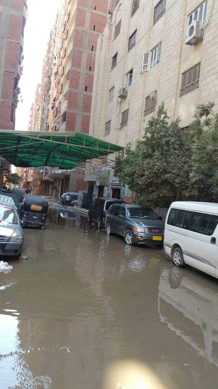 بالصور .. إنفجار ماسورة صرف أمام أحدة مساجد الهرم