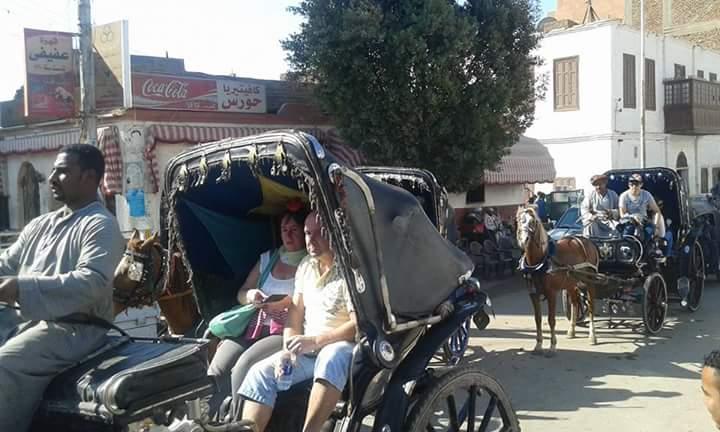 سائقى الأجرة بإدفو يتسببون فى إغلاق الطريق العام رغم وجود موقف لهم