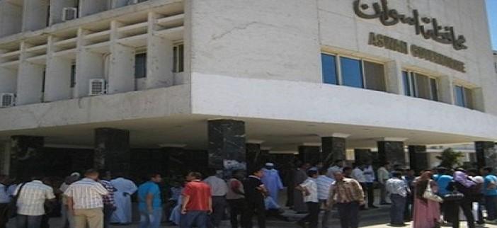 بالفيديو.. سكرتير عام محافظة أسوان يعتدي على موظفين مؤقتين في مكتبه