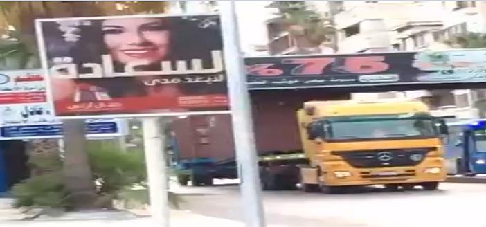 شاحنة تصطدم بكوبري مشاة بالإسكندرية.. وتلفيات جزئية بجسمه (فيديو)