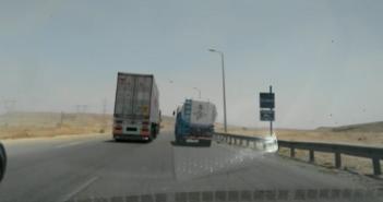 بالفيديو.. سباق لسيارات النقل الثقيل على طريق العين السخنة: «مفيش رادار»