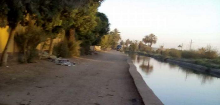 أهالي قرية بأسوان يطالبون بحواجز على ضفاف ترعة غرق طفل فيها