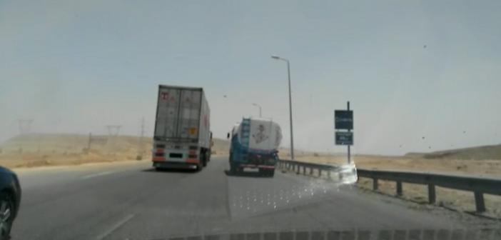 بالفيديو.. سباق للنقل الثقيل على طريق العين السخنة: «مفيش رادار»