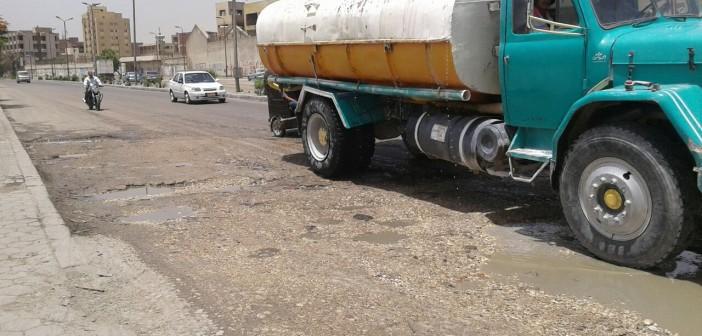 سيارات نقل المياه تدمر طريق كورنيش المعادي.. وتعطل المرور (صور)