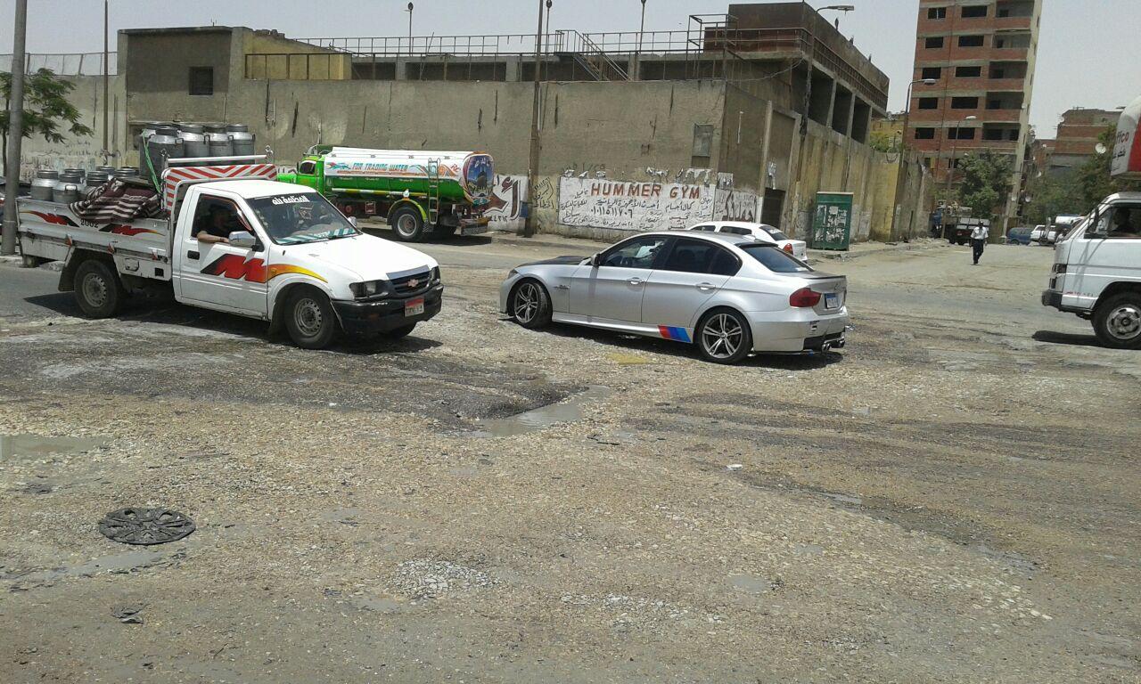 سيارات نقل المياه تدمر طريق كورنيش المعادي.. وتتسبب في بطء المرور والحوادث (صور)