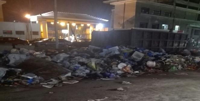 القمامة تحاصر نادي سبورتينج بالإسكندرية (صورة)