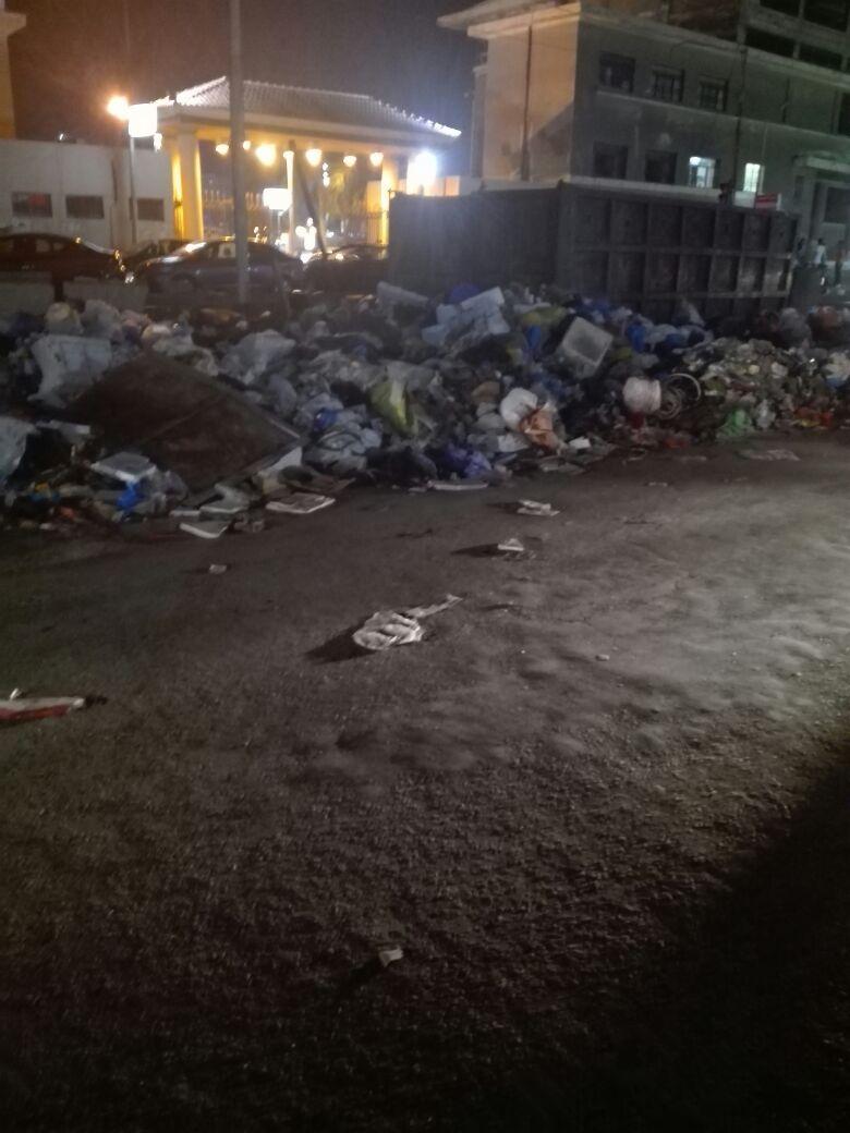 تلال القمامة تحاصر نادي سبورتنج بالإسكندرية «صورة »