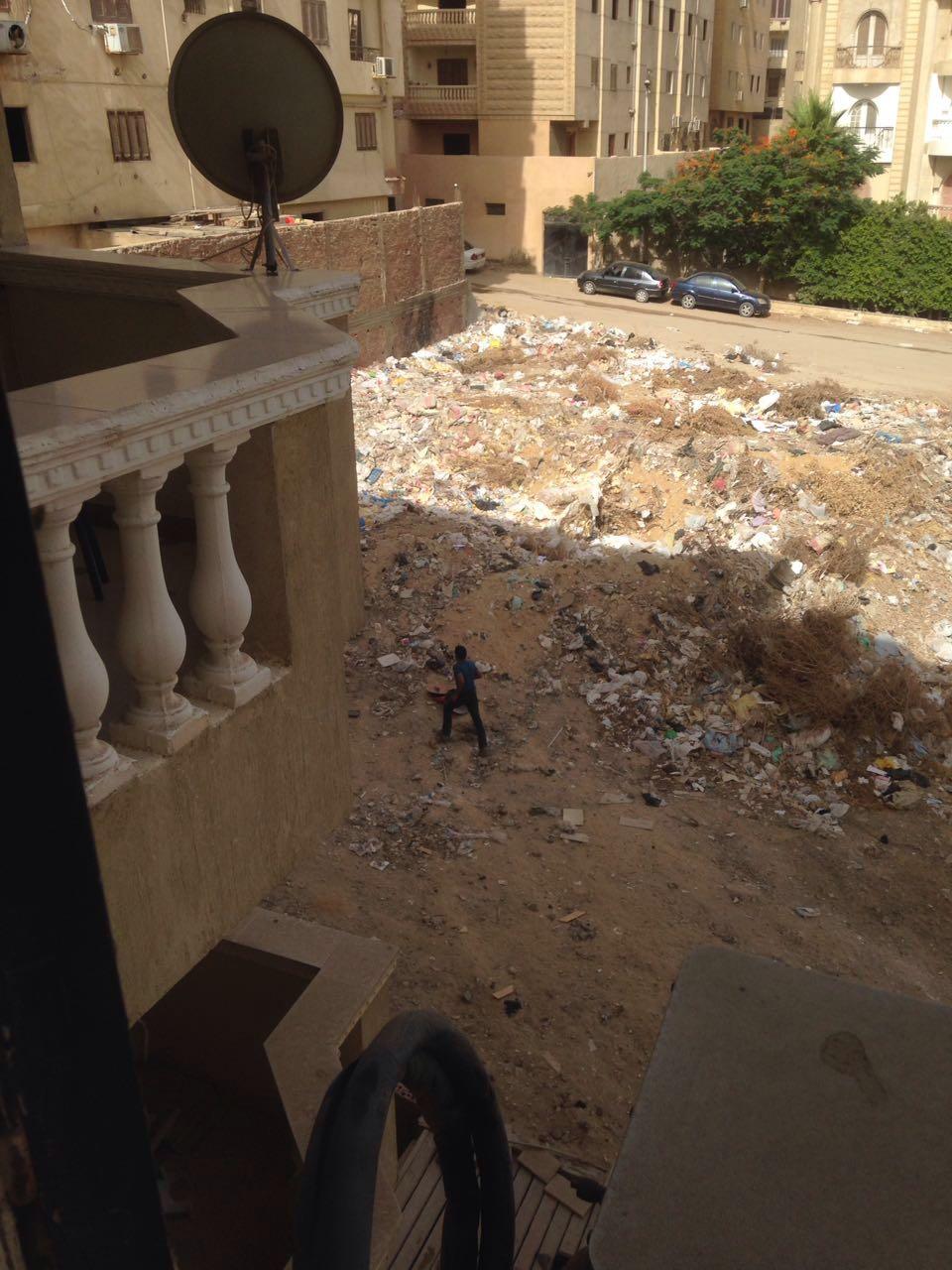 سكان حدائق الأهرام يشتكون من تراكم القمامة أمام عمارتهم فى غياب مسئولى الحى