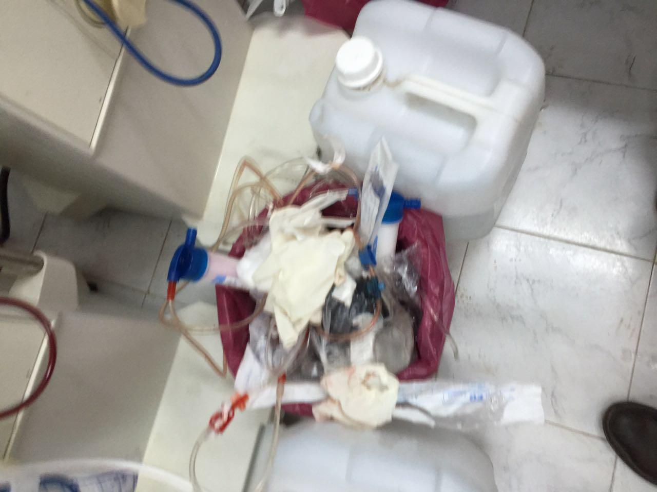 صور.. تراكم المخلفات الطبية داخل غرف المرضى بمستشفى إدفو