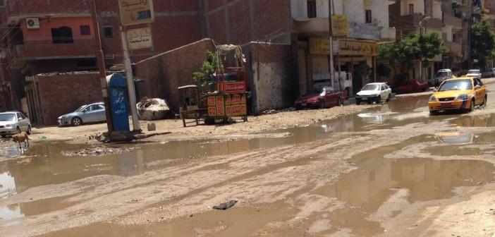 صور | غرق شارع رئيسي بالإسماعيلية في الصرف.. ومواطن: «محدش عبرنا»