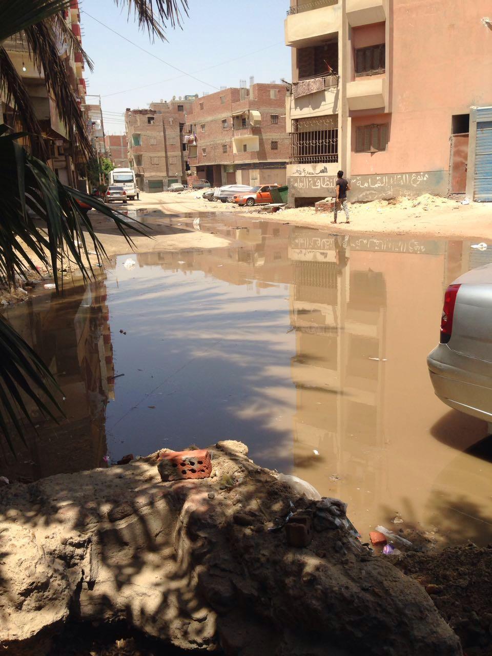 صور | غرق شارع رئيسي بالإسماعيلية في الصرف الصحي.. ومواطن: «محدش عبرنا»