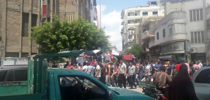 صور | طلاب الثانوية يتظاهرون أمام «تعليم» دمياط ضد إعادة الامتحانات