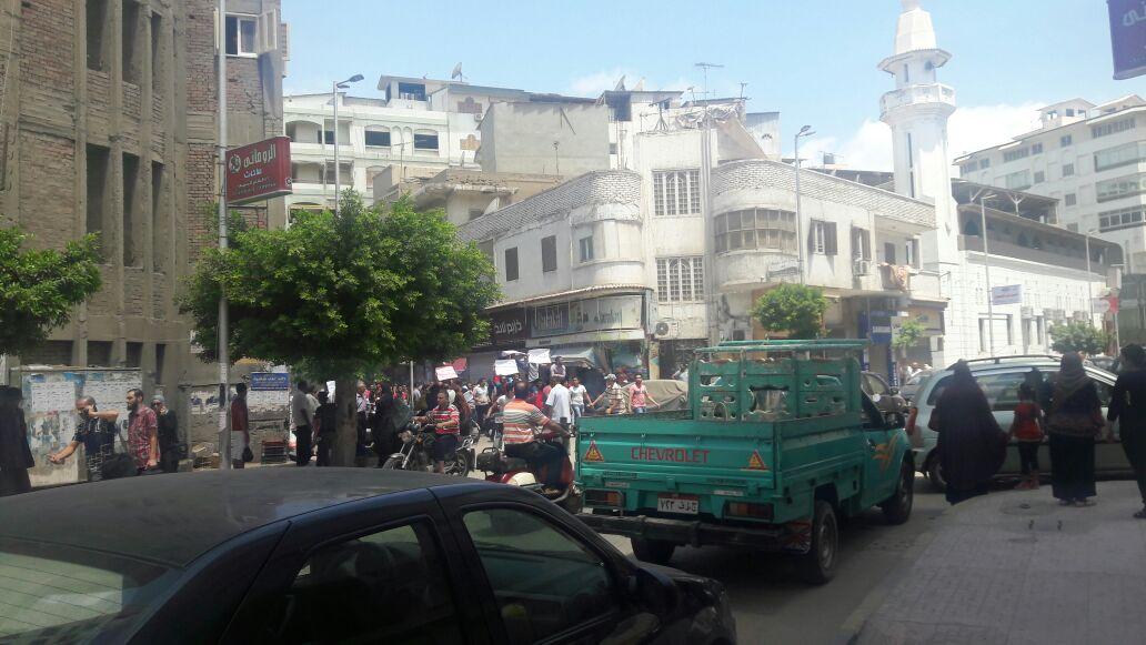 صور | طلاب الثانوية يتظاهرون أمام مديرية «التعليم» بدمياط