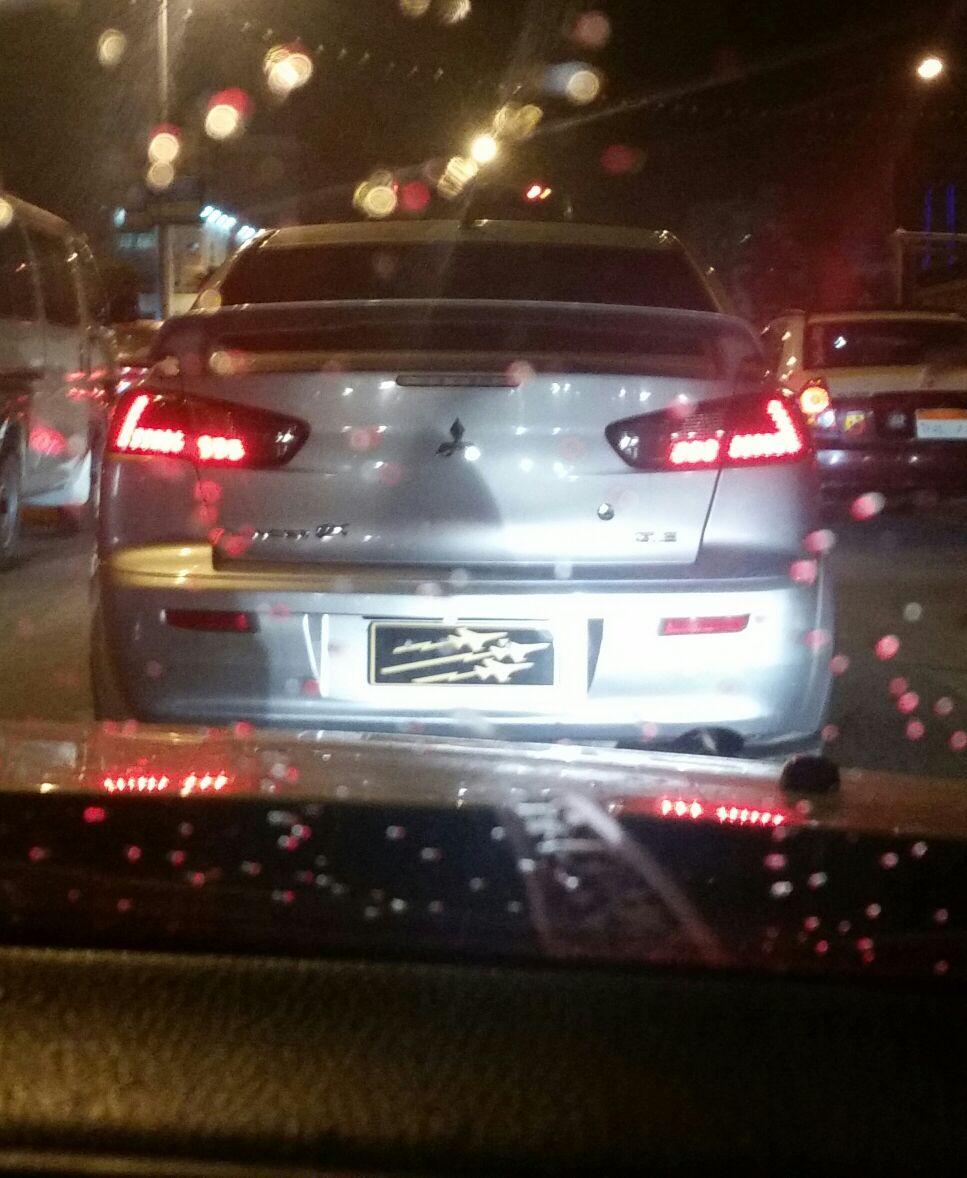 صور | سيارة ذات لوحات معدنية مخالفة تتحرك بشوارع المنصورة دون توقيفها