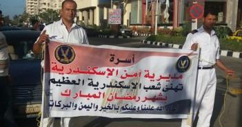 «رمضان كريم» أمين شرطة يفاجئ مواطني المعمورة بلافتات تنهئة بقدوم الشهر الكريم