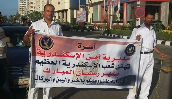 «أمن الإسكندرية» تهنىء المواطنين برمضان.. وأمين شرطة يعلق لافتاتها بالمعمورة