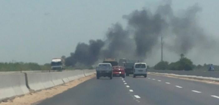 حرق المخلفات على الطريق الدولي الساحلي يهدد بكواراث مرورية (صور)