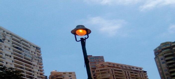 طفي النور| الحكومة ترشد الكهرباء بـ«الإعلانات».. وأعمدتها «منورة» نهارًا بالإسكندرية