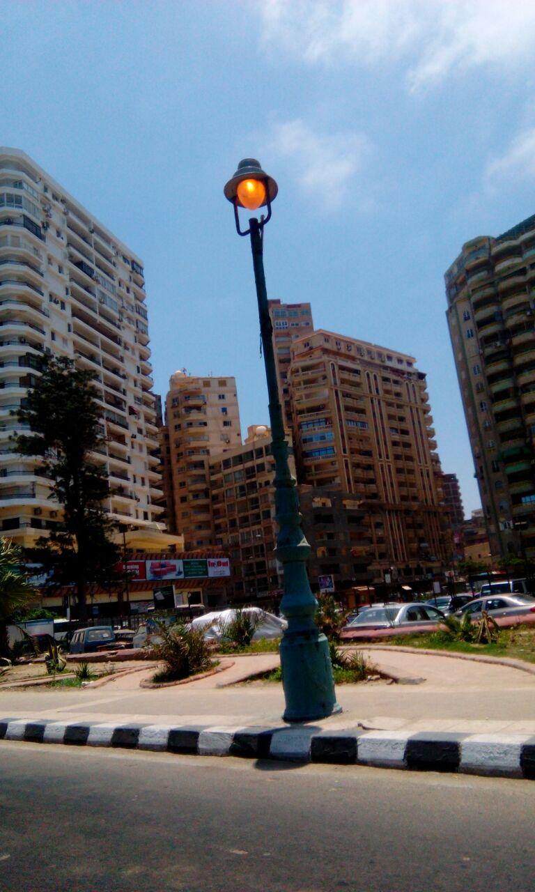 مواطن... أعمدة الإنارة مضاءة أمام قصر المنتزه والحكومة تطالب بتوفير الكهرباء «طيب إزاى»
