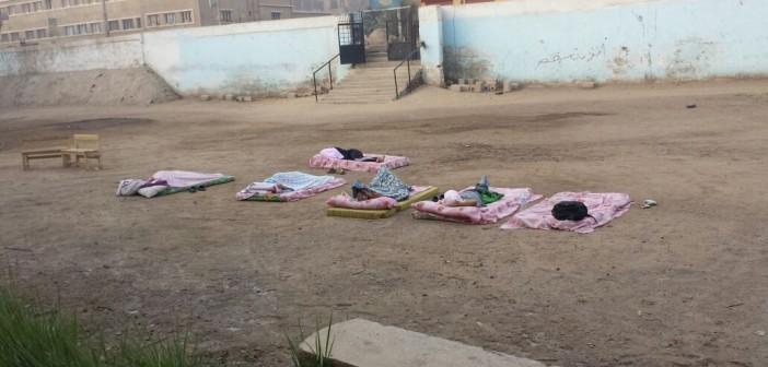 مُحدث| ليسوا لاجئين لكنهم مراقبو امتحانات الثانوية.. معلمون ينامون بالعراء (صور)