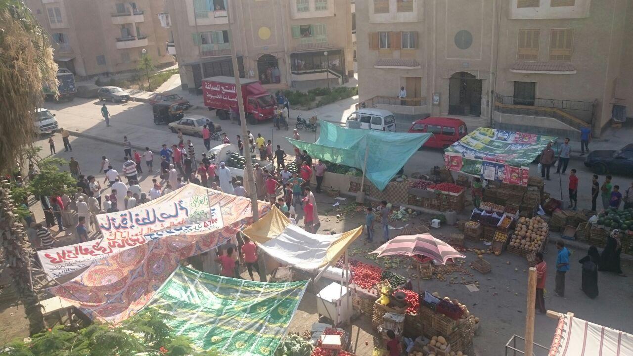 بالفيديو والصور .. فوضى الباعة الجائلين تضرب مدينة العبور فى غياب المسئولين