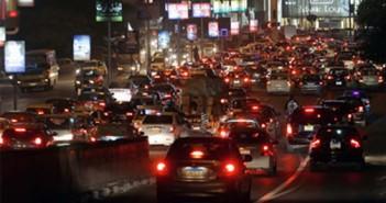 فوضى وزحام بشارع فيصل والسيارات تسير عكس الإتجاه فى غياب المسئولين