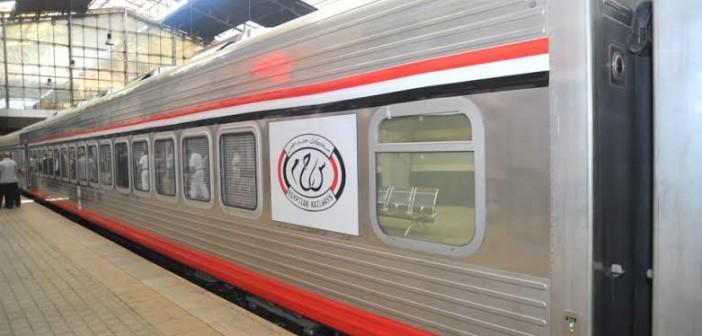 راكبان بتذكرة واحدة على متن قطار واحد «السكة الحديد طبعتها مرتين» (صور)