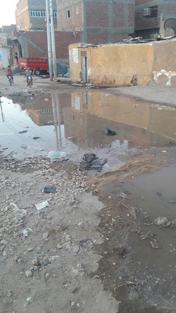 مياه الصرف تغرق شوارع ومنازل في منطقة «الحكروب» شرق أسوان (صور)
