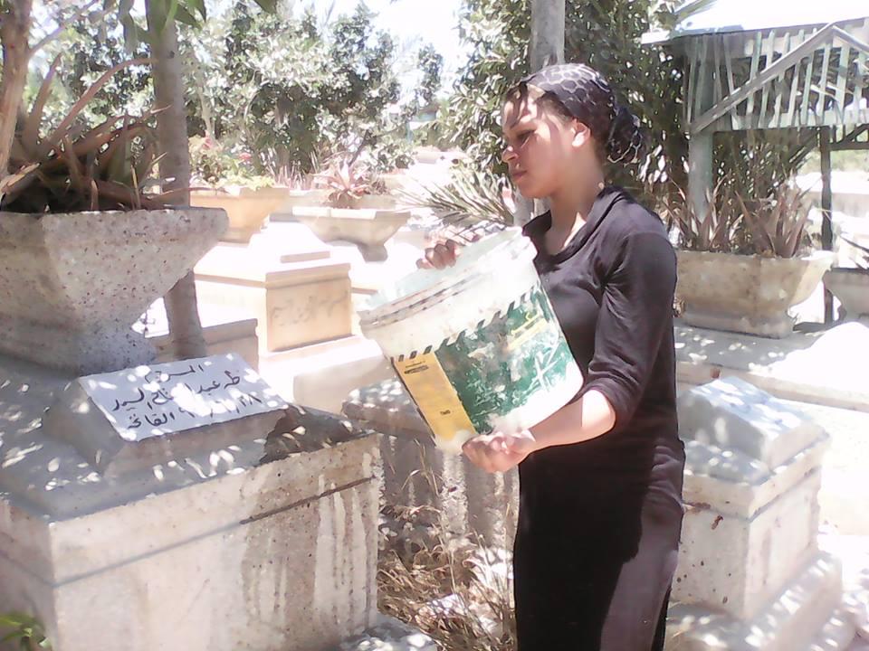 مشاهد من زيارة المقابر بالإسكندرية في العيد.. رحمة للموتى والرزق نصيب للأحياء (تقرير)