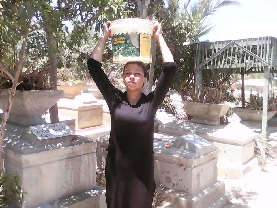 مشاهد من زيارة المقابر بالإسكندرية في العيد.. رحمة للموتى والرزق نصيب للأحياء