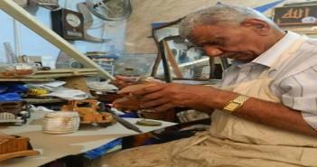 «جمعة».. 50 عامًا في النجارة «الفنية»: «مقدرش أغيرها لأنها تملكني.. كبرنا ومنعرفش نسوق شغلنا»