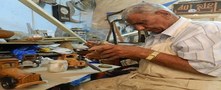 «جمعة».. 50 عامًا في النجارة «الفنية»: «مبتجبش عيش.. ومقدرش أغيرها لأنها تملكني»