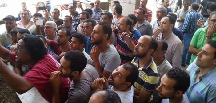 وقفة لعدد من العاملين في «أوراسكوم» احتجاجًا على تسريحهم (صور)