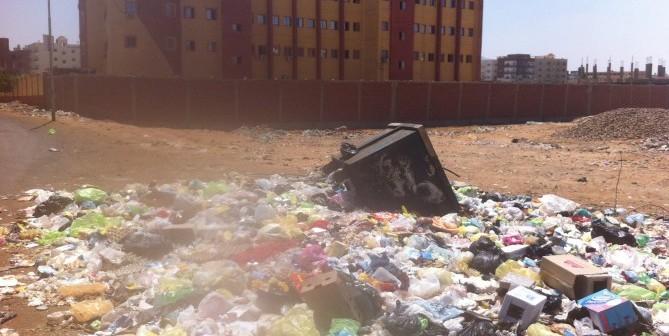 غياب سيارات رفع القمامة عن مدينة السلام بالسويس منذ شهرين (صور)