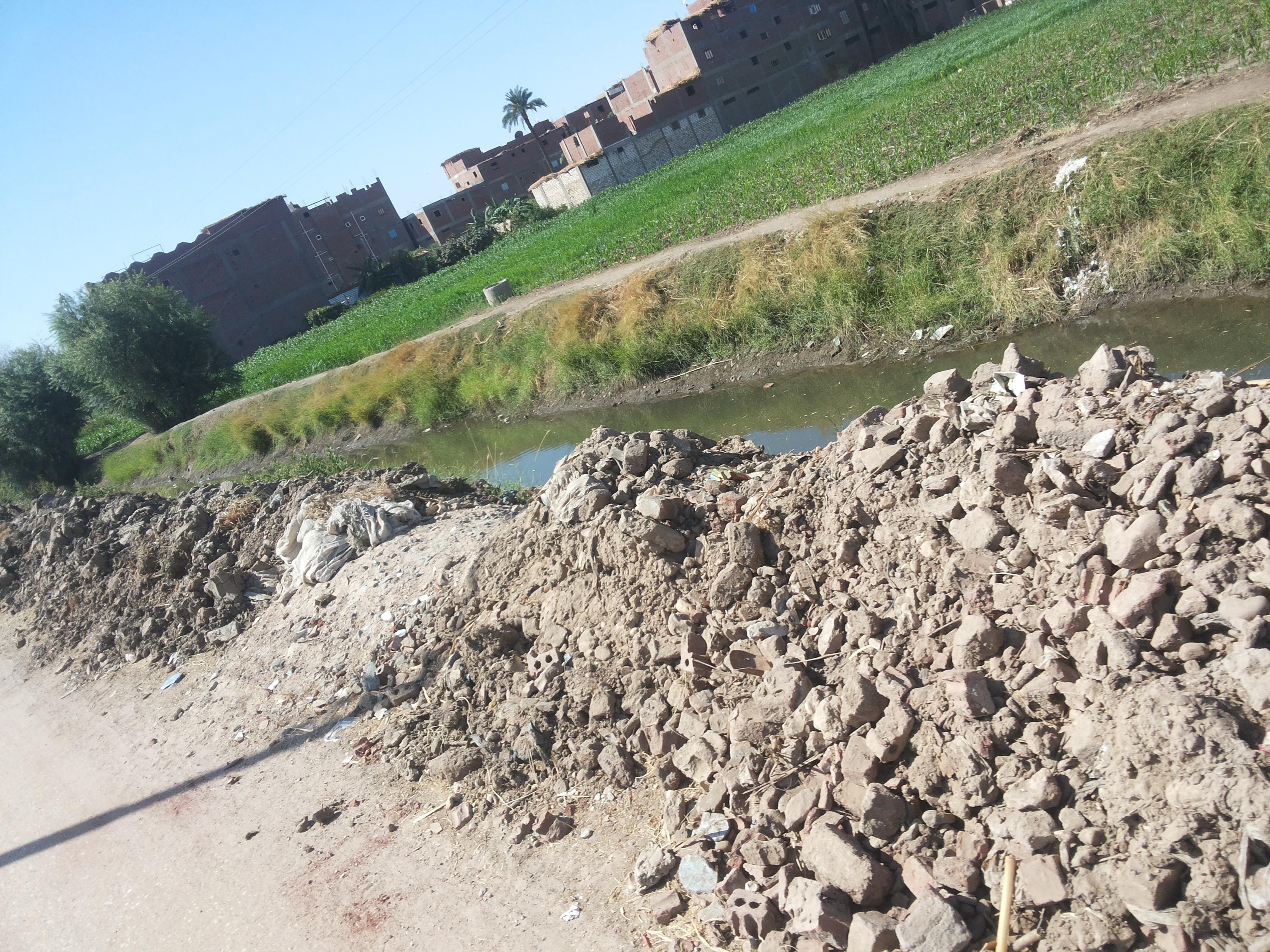 أهالي «المساعيد» بسوهاج يشتكون من ترك مخلفات تنظيف الترع بالطريق العمومي للقرية