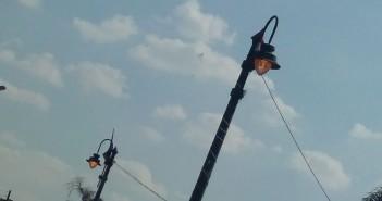 أعمدة مضاءة نهارًا قرب أهرامات الجيزة «نشكر الحكومة لترشيدها الاستهلاك»