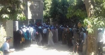 صور | زحام بشرطة كهرباء سوهاج بسبب العدادات الكودية.. وغضب لتفاوت رسومها