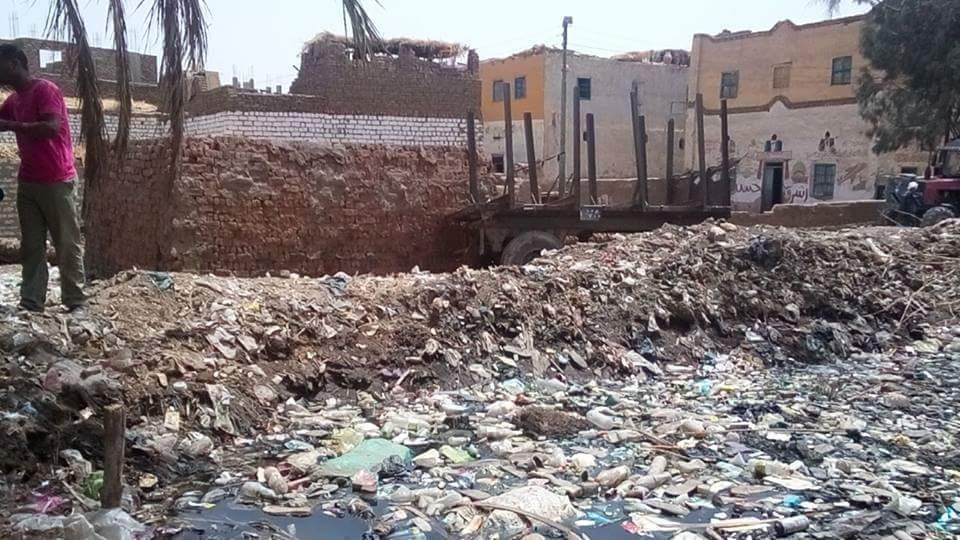 أهالي قرى نجوع إسنا يطالبون مسؤولي الأقصر بصناديق قمامة وإزالتها