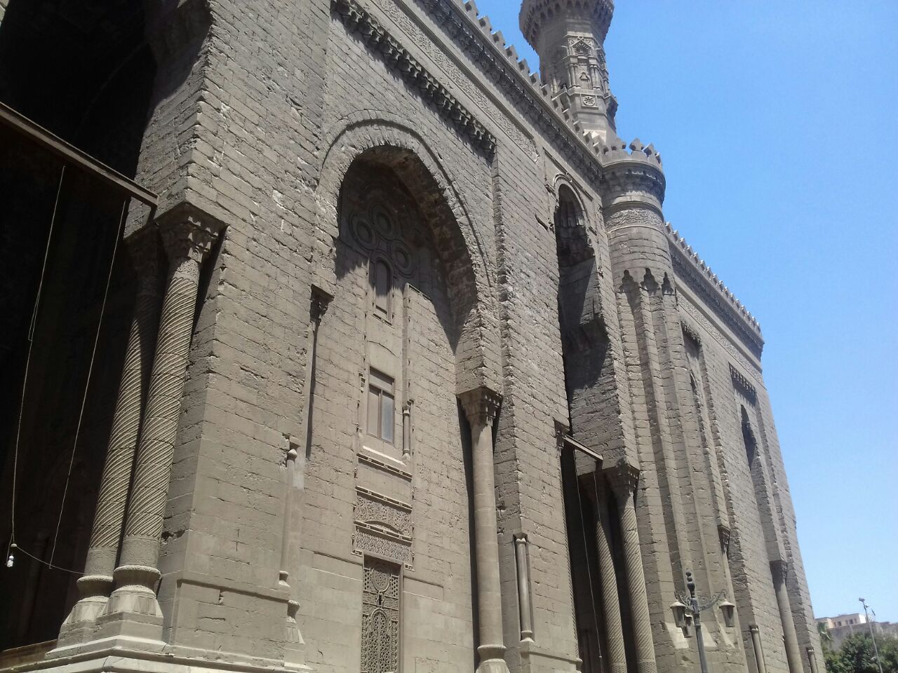 إلغاء صلاة الجماعة بمسجد الرفاعي وإغلاقه بسبب غياب الإمام وسط غضب المواطنين (صور)