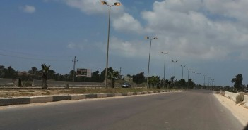 طفوا النور | أعمدة طريق مطار برج العرب «منورة» في وقت النهار