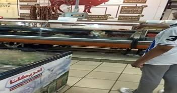 شاهد| صور منسوبة لسلسلة تجارية شهيرة بالإسكندرية: قطة تأكل داخل ثلاجة لحوم