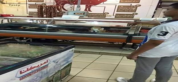 شاهد| صور منسوبة لسلسلة تجارية شهيرة بالإسكندرية: قطة داخل ثلاجة لحوم